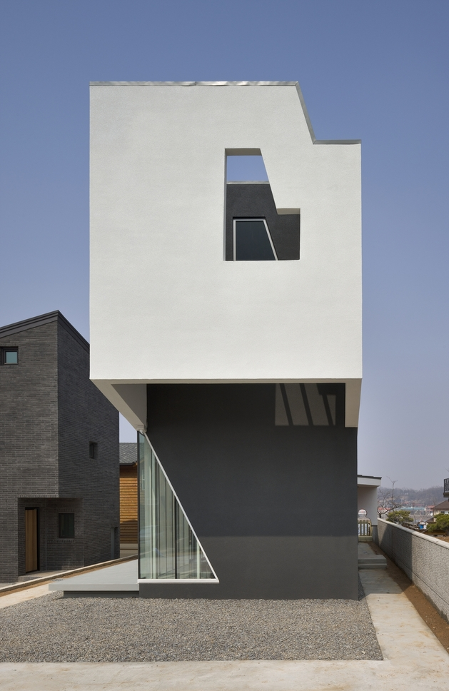 sculptural home negative space 2 thumb autox968 49784 House with a Home Theater Mezzanine by Hoon Moon